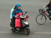 'trotinette's chineses das bicicletas motorizadas, Pequim, China Fotos de Stock Royalty Free