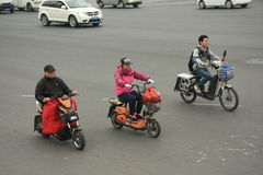 'trotinette's chineses das bicicletas motorizadas, Pequim, China Imagens de Stock