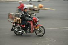 'trotinette's chineses das bicicletas motorizadas, Pequim, China Foto de Stock