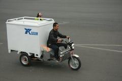 'trotinette's chineses das bicicletas motorizadas, Pequim, China Fotos de Stock