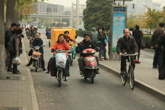 'trotinette's chineses das bicicletas motorizadas, Pequim, China Fotografia de Stock Royalty Free