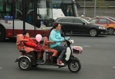 'trotinette's chineses das bicicletas motorizadas, Pequim, China Foto de Stock Royalty Free