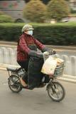 'trotinette's chineses das bicicletas motorizadas, Pequim, China Fotografia de Stock