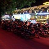 'trotinette's de estacionamento, noite, luz vermelha da noite foto de stock