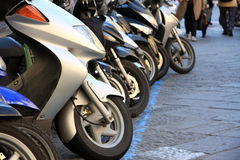 'trotinette's estacionados na rua Fotos de Stock