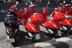 'trotinette's vermelhos na rua, Vespa Imagem de Stock Royalty Free
