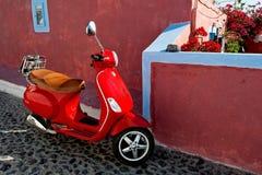 'trotinette' vermelho na cidade do sul Imagem de Stock Royalty Free