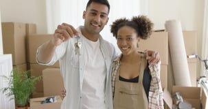 Trots jong Afrikaans Amerikaans paar met sleutels stock video