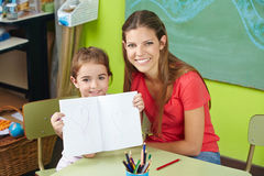 Trots kind die tekening tonen stock foto