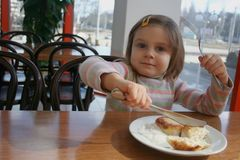 Trots meisje dat vork en mes gebruikt Stock Foto's