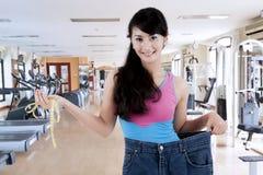 Trotse Aziatische vrouw die haar gewichtsverlies tonen Royalty-vrije Stock Foto