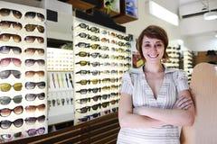 Trotse eigenaar van een zonnebrilopslag Stock Fotografie