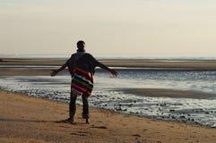Trotse en gelukkige mens op een strand royalty-vrije stock afbeeldingen