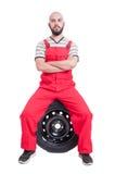Trotse en succesvolle mechanische zitting op autowiel Royalty-vrije Stock Foto's