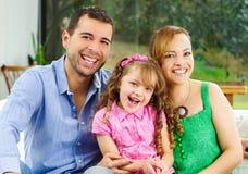 Trotse gelukkige Spaanse ouders die met weinig stellen stock afbeeldingen