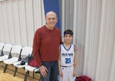 Trotse grootvader met kleinzoon na baskeballspel Royalty-vrije Stock Afbeeldingen