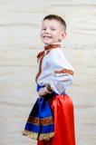 Trotse jonge jongen in een kleurrijk kostuum Stock Foto