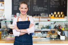Trotse jonge vrouwelijke koffieeigenaar Stock Afbeeldingen
