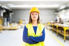 Trotse jonge vrouweningenieur stock afbeeldingen