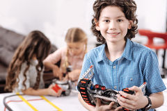 Trotse jongen die wetenschapsproject vertegenwoordigen op school stock afbeeldingen