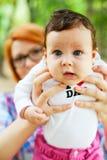 Trotse moeder die baby tonen Royalty-vrije Stock Afbeeldingen