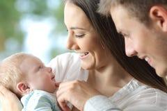 Trotse ouders die hun baby houden stock foto's