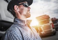 Trotse Semi Vrachtwagenchauffeur stock afbeeldingen