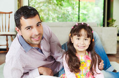 Trotse Spaanse vader en aanbiddelijk jong meisje Stock Afbeelding