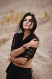 Trotse Vrouw in Zwarte Sjaal royalty-vrije stock afbeeldingen