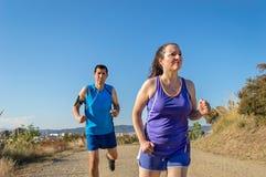 Trotteurs sprintant en parc de ville Photographie stock