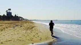 Trotti dell'uomo su una spiaggia di California del sud video d archivio