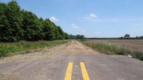 Trottoar avslutar var den möter grusvägen bredvid lantlig jordbruksmark stock video