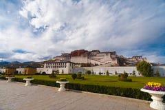 Trottoar Front Lhasa Tibet för grundPotala slott Arkivbilder