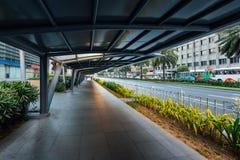 Trottoar längs den Ayala avenyn i den Makati staden, Filippinerna royaltyfria bilder