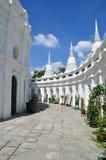 Trottoar runt om vitpagodas Royaltyfria Bilder