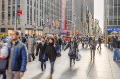 Trottoar som trängas ihop med turister och lokaler i midtownen Manhattan Royaltyfri Bild