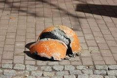 trottoaren nära huset och apelsinen splittrade halvklotparkeringen förstärkte mot tillträdeet av medel Relevant när dangen Royaltyfri Foto