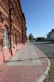 Trottoaren nära tegelstenbyggnad Royaltyfria Bilder