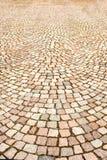 Trottoaren som fodras med den kulöra granitstenen i stadfyrkanten Texturera bakgrund royaltyfria foton