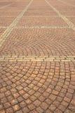 Trottoaren som fodras med den kulöra granitstenen i stadfyrkanten Texturera bakgrund arkivbild