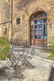 Trottoarkafé i historisk mitt av den medeltida staden Pitigliano, det Royaltyfri Bild