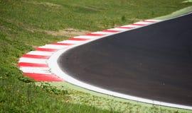 Trottoarkant för tävlings- spår för Motorsport på den runda closeupen Arkivbilder