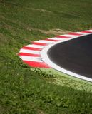 Trottoarkant för tävlings- spår för Motorsport på den runda closeupen Arkivbild