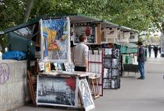Trottoarmålare på den Seine invallningen paris Royaltyfri Fotografi