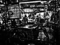 Trottoarmarknad i monokrom arkivfoto