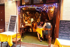 Trottoarrestaurang i Nice, Frankrike Royaltyfri Foto