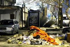 Trottoir à Bakou central, avec des piles des déchets, de la voiture et de la construction Image libre de droits