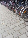 Trottoir avec beaucoup de bicyclettes au stand de vélo Images libres de droits