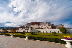 Trottoir bas Front Lhasa Tibet du Palais du Potala Images stock
