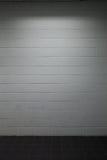 Trottoir blanc de mur de briques avec l'éclairage obscur photographie stock libre de droits